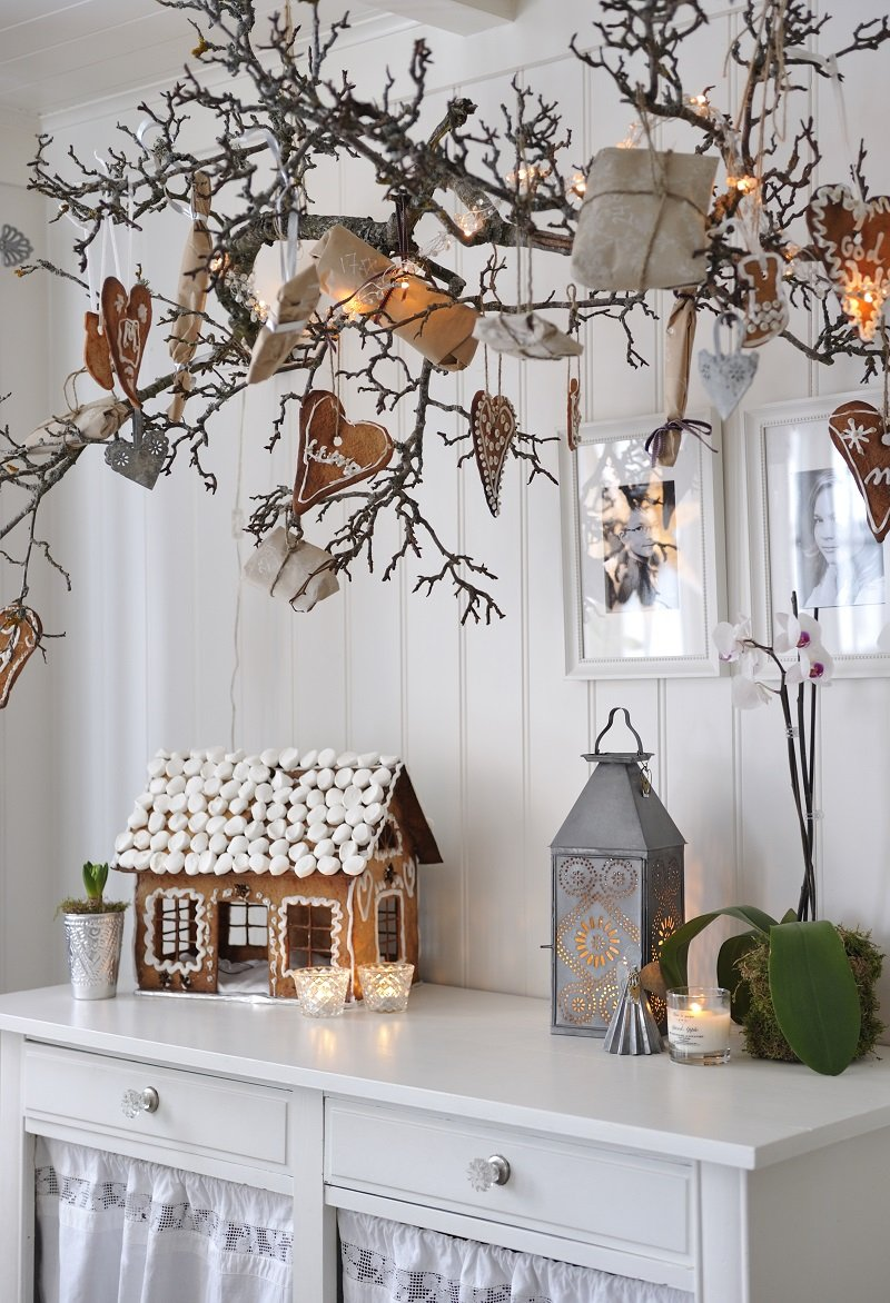 A home decorated with pear tree branches and natural Christmas decorations_Franciska Munck-Johansen/House of Picture/Interior Archive